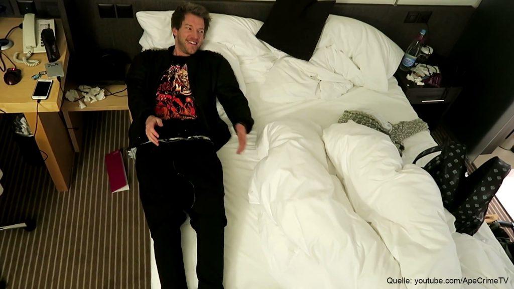 DAS ist passiert, als Jan von ApeCrime ein Mädchen auf sein Hotelzimmer mitgenommen hat